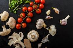 生物大蒜、香料和狂放的蘑菇从家庭菜园 免版税库存图片