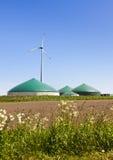 生物气工厂和风轮机 免版税图库摄影