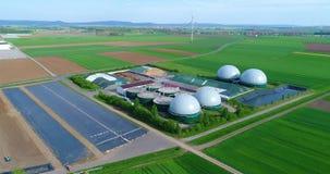 生物气植物,一个绿色领域的一棵现代植物,一家不伤环境的生物气厂,领域顶视图的小植物 股票视频