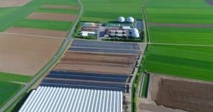 生物气植物,一个绿色领域的一棵现代植物,一家不伤环境的生物气厂,领域顶视图的小植物 股票录像