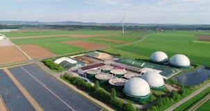 生物气的生产的植物在绿色领域的,生物气的生产的植物以风为背景的 股票录像