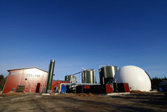 生物蓝色天然气加工厂天空 库存照片