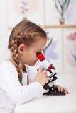 生物课的小的学生研究植物 库存照片