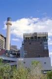 生物量同时发热发电厂和冷却塔 图库摄影