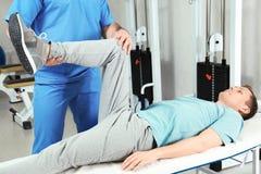 生理治疗师与患者一起使用 库存照片