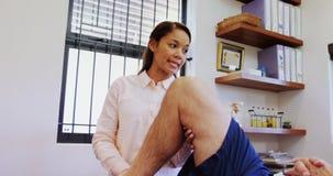 生理治疗师审查的患者膝盖4k 影视素材