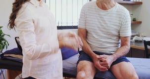 生理治疗师审查的患者膝盖4k 股票录像