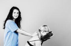 生理治疗师医生,审查她的患者后面和做12月的 库存照片