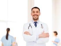 医生男性微笑的听诊器 免版税图库摄影