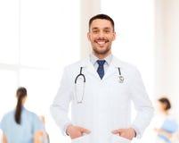 医生男性微笑的听诊器 库存照片