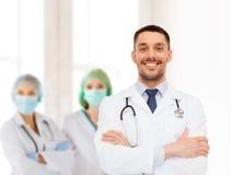 医生男性微笑的听诊器 免版税库存照片