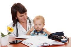 医生的儿科医生的小男孩 查出在白色 免版税库存照片