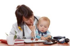 医生的儿科医生的小男孩 查出在白色 库存图片