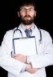 医生的特写镜头手,他采取在患者的病史的笔记 免版税库存照片