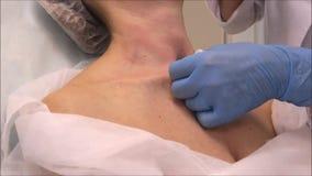 医生皮肤病学家美容师进行脖子回复的肉毒菌的毒素射入 影视素材
