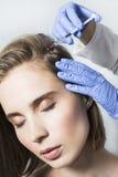 医生美学家做顶头秀丽射入给美丽的女性患者 库存照片