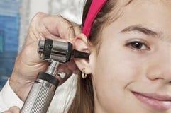 医生耳朵的女孩 免版税图库摄影