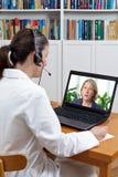 医生耳机膝上型计算机患者极度痛苦 免版税图库摄影