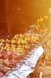 生肉和土豆在金属串被种植 烹调烤肉串的过程 俄国和乌克兰阵营食物 图库摄影