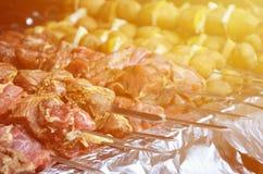 生肉和土豆在金属串被种植 烹调烤肉串的过程 俄国和乌克兰阵营食物 库存照片