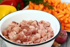 生肉和菜在桌上 免版税库存照片
