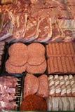 生肉品种-肉末,牛肉小馅饼,猪肉串, Kebabs Kebabs在烟肉,香肠包裹了在市场 图库摄影
