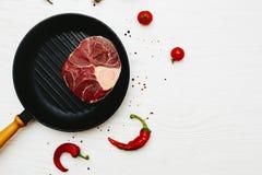 生肉小腿用辣椒和蕃茄在一白色painte 免版税图库摄影