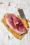 生肉片断与一把屠刀的在本文 库存图片