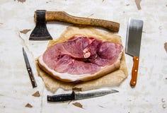 生肉片断与一把屠刀的在本文 免版税库存照片