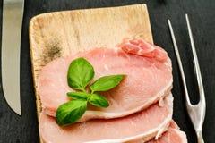生肉牛排炸肉排和成份烹调的 库存图片
