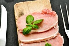 生肉牛排炸肉排和成份烹调的 库存照片