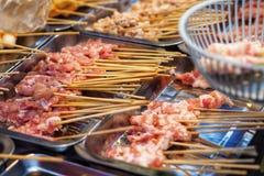 生肉牛肉猪肉在木棍子的鸡香肠 库存图片