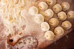 生肉馄饨俄国传统pelmeni用肉,顶视图 免版税库存照片