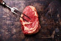 生肉Ribeye牛排和肉叉子 免版税库存图片