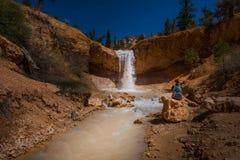 生苔洞足迹布赖斯峡谷的远足者 免版税图库摄影