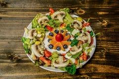 生菜盘用在中间轻微的角度的水果沙拉 免版税库存图片