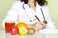 医生营养师在办公室用健康果子 免版税库存照片