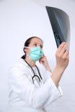 年轻医生藏品和做分析X-射线伦 免版税图库摄影