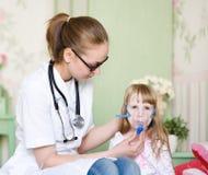 医生藏品孩子呼吸的吸入器屏蔽 库存照片