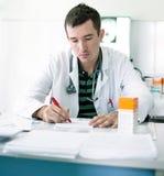 年轻医生规定的食谱 库存图片