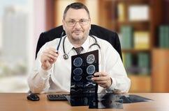 医生解释看照相机的计算机辅助测试扫描 免版税图库摄影