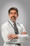 医生讲西班牙语的美国人微笑 免版税库存图片
