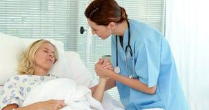 医生讲话与她的患者 股票录像