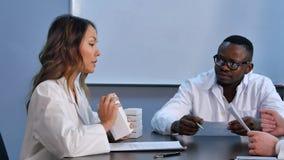 医生谈论诊断并且搜寻医学患者 免版税库存照片