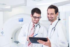 医生谈论X-射线扫描的图象在CT 免版税库存照片