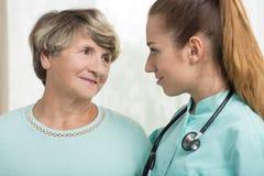 医生谈话与资深妇女 免版税库存照片