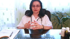 医生谈话直接地与网络摄影 影视素材