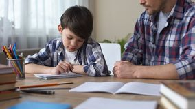 生责骂儿子,使他做家庭作业,男孩起点写任务 影视素材
