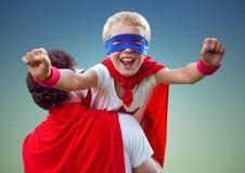 生运载特级英雄服装的一个儿子 免版税库存照片