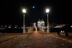 生铁在有街道照明和o的港口打造桥梁 免版税库存图片